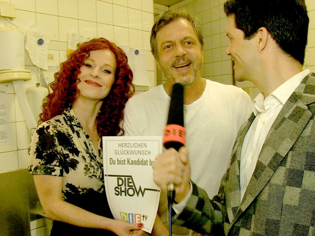 Bernhard Lotz erhält vom Moderatorenduo Bodo Aschenbach und Ulla die Einladung zur Show. (Foto: DIE TV)